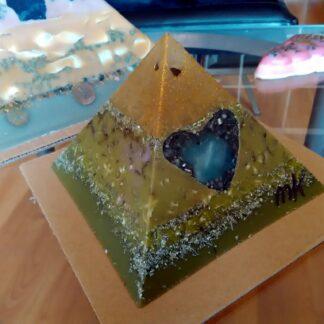 Piramide orgone Bergkristall Hart 17 cm, 2 Bergkristall, en kwart hart, bijenwas, metalen.
