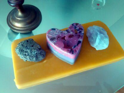 Jasper hart 17 cm piramide orgonite, fluoriet, pyriet, bijenwas, metalen, een jasper hart.