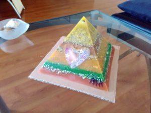 Shine Heart 17 cm pyramid orgonite, een amethist kwarts, een pyriet en een rode jasper orgonite hart, bijenwas, metalen.