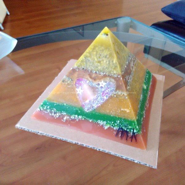 Shine Heart 17 cm pyramid orgonite, een amethist kwarts, een pyriet en een Shine Heart orgonite hart, bijenwas, metalen.
