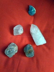 Crazy Diamond piramide orgonite 24 cm, bergkristal, witte kwarts, fluoriet, familie van kwarts, bijenwas, metalen.