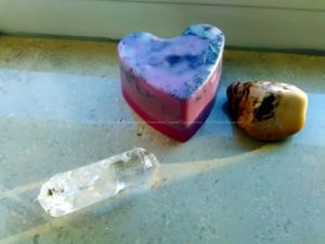 Piramide Orgone Amethyst Hart 17 cm V2, bergkrtistal, amethist kwarts hart en een bewerkte mineraal. Bijenwas en metalen.