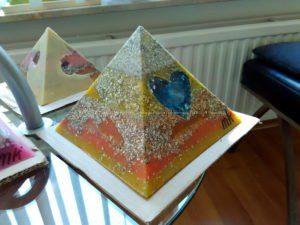 Piramide orgone Bergkristall Hart 17 cm v2, 2 Bergkristall, en kwart hart, bijenwas, metalen.
