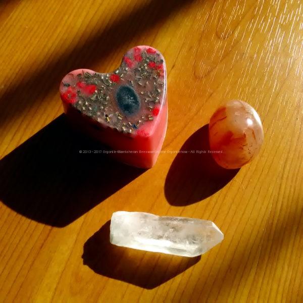 Piramide Orgone Shungite Hart 17 cm V2, bijenwas, mineralen, Bergkristall en metalen, een orgonite harten met shungite