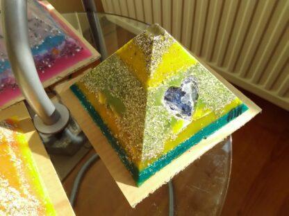 Piramide Orgone Sodalit Hart 17 cm V2, bijenwas, bergkristall, mineralen, metalen, orgonite hart.