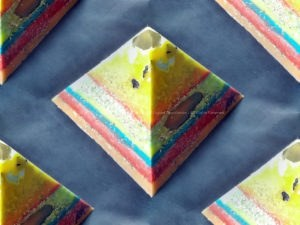 Kunst Dag 17 cm piramide orgonite, bijenwas, metalen, bergkristal, shungite en zwarte tourmalijn.