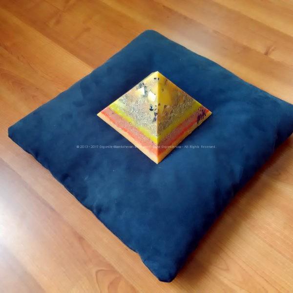 Shogun 17 cm pyramid orgonite, bergkristall, shungite, tourmalijn, bijenwas en metalen.