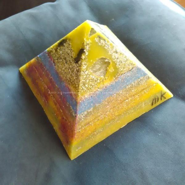 Birmingham 17 cm pyramid orgonite, bergkristall, shungite, tourmalijn, bijenwas en metalen.