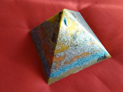 Die Link 17 cm pyramide orgonit, bienenwachs und metallen, bergkristalle shungite und schwarzer turmalin.