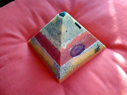 Kunstwerk 17 cm piramide orgonite.