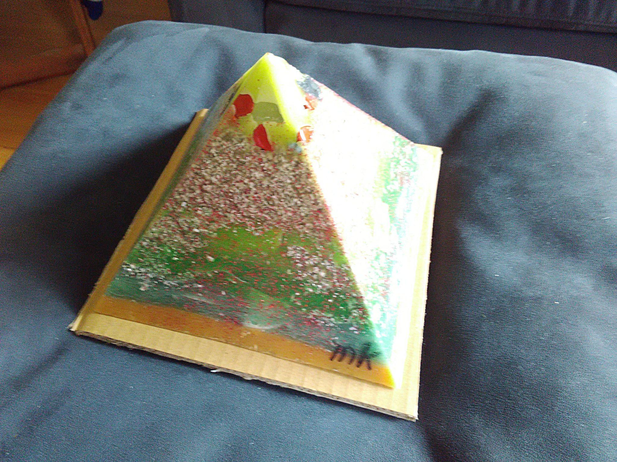 Liverpool 17 cm pyramid orgonite, bergkristall, shungite, tourmalijn, bijenwas en metalen.