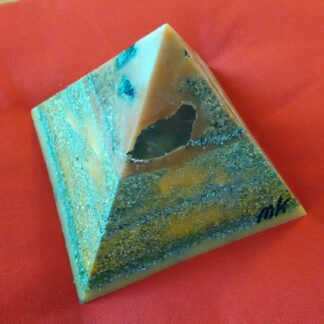 London 17 cm pyramid orgonite, bergkristall, shungite, tourmalijn, bijenwas en metalen.