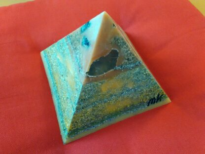 London 17 cm pyramid orgonite, bergkristall, shungite, tourmalijn, bijenwas en metalen.