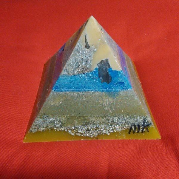 Manchester 17 cm pyramid orgonite, bergkristall, shungite, tourmalijn, bijenwas en metalen.