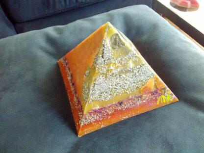 17 cm pyramide orgonit, bienenwachs und metallen, bergkristalle shungite und schwarzer turmalin.