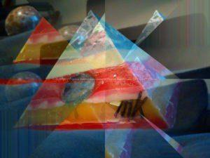 Blauw en Rode 17 cm piramide orgonite