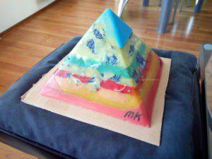Volare 24 cm piramide orgonite, Kwarts met zwarte toermalijn, een kg blauwe sodaliet, bijenwas en metalen.