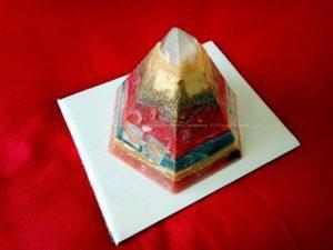 Golden pyramid beeswax orgonite one, met bijenwas, metalen, bergkristal, fluoriet en mosaic steentjes.