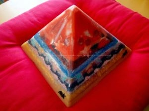 Juni Maan 24 cm piramide orgonite - vierde zijde