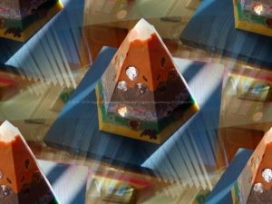Volle Maan Golden pyramid beeswax orgonite