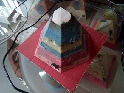 Kunst Expositie Golden pyramid orgonite