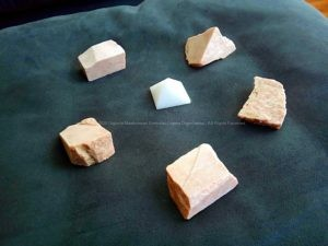 Abrikozen maansteen en kwarts piramide