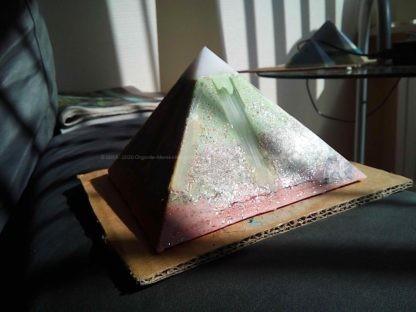 Selenium 13 cm pyramid Orgonite bijenwas