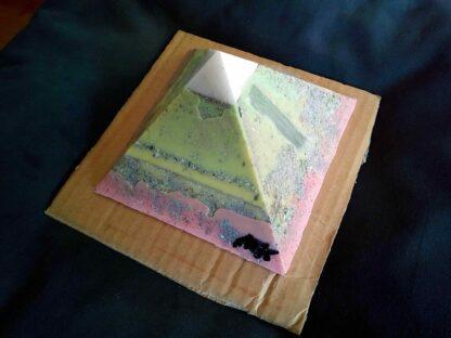 Selenium 13 cm piramid Orgonite bijenwas